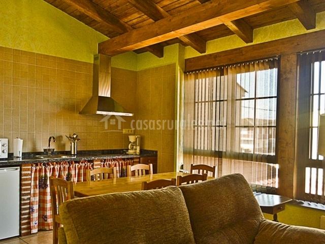 Salón con cocina con ventanales