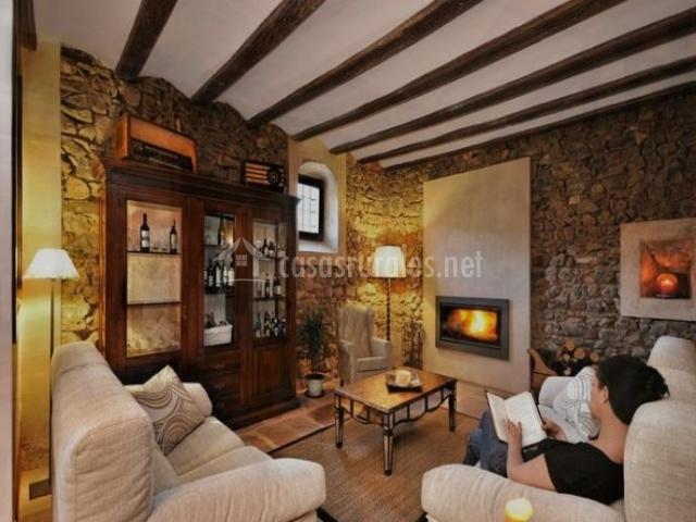 Sala de descanso con chimenea