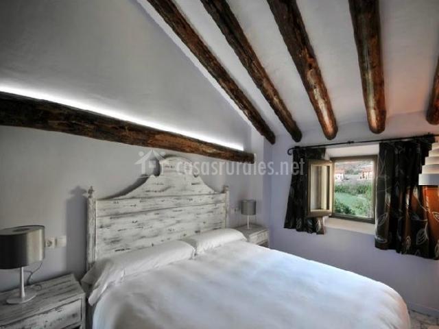 Dormitorio de matrimonio con muebles blancos de madera