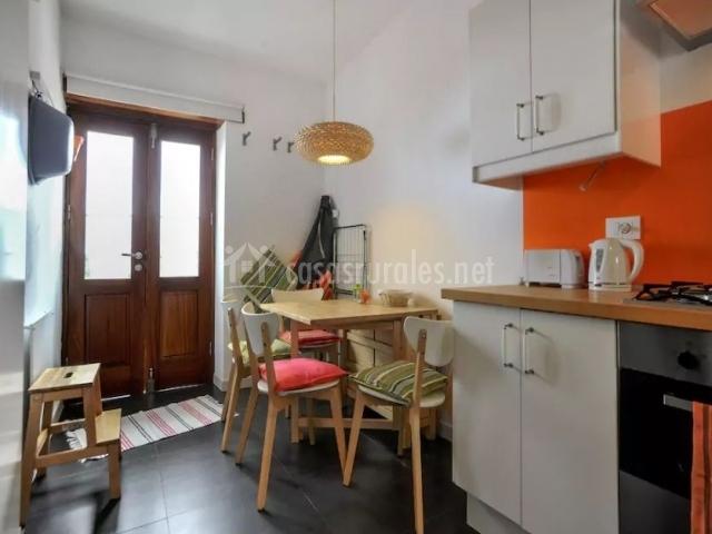 Cocina con frente en color naranja