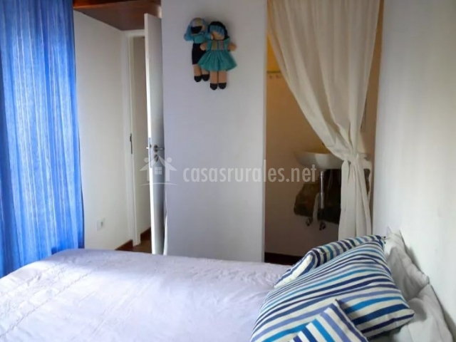 Dormitorio con detalles en la pared de color azul