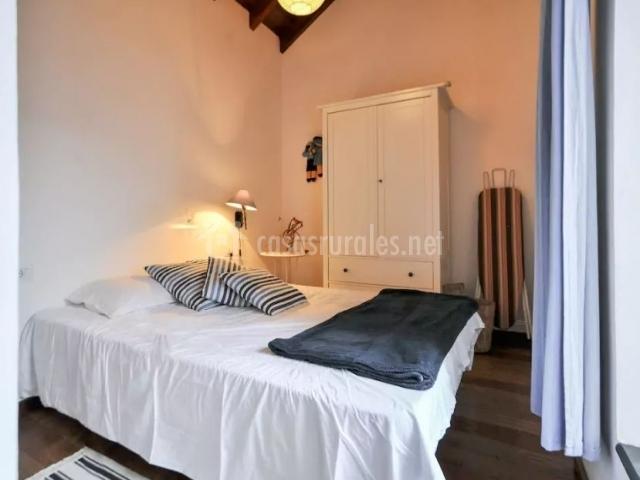 Dormitorio con manta en negro amplio