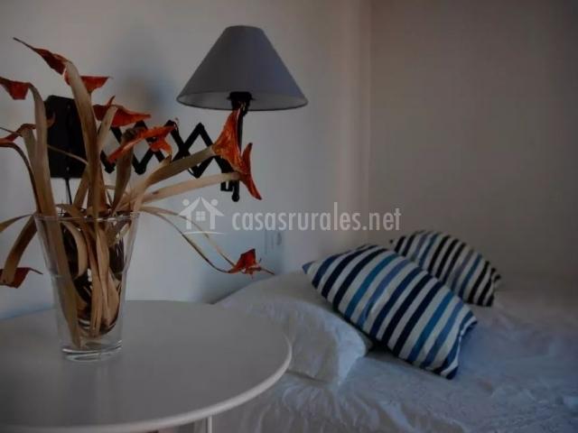 Dormitorio con manta y decorado natural