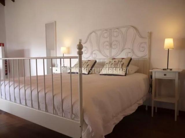Dormitorio de matrimonio en un blanco impoluto