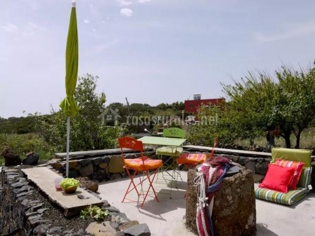 Vitsas de la terraza de arriba con mesa y sillas coloridas
