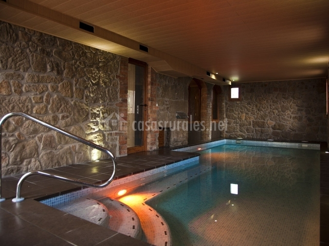 Piscina con escaleras y luces
