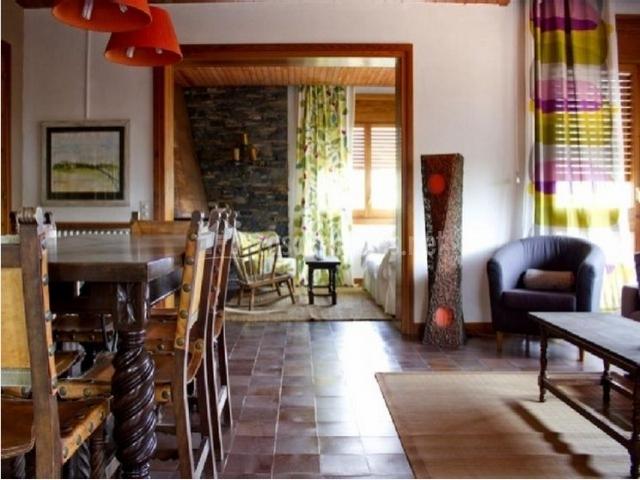 Sala de estar con butacas y mesa