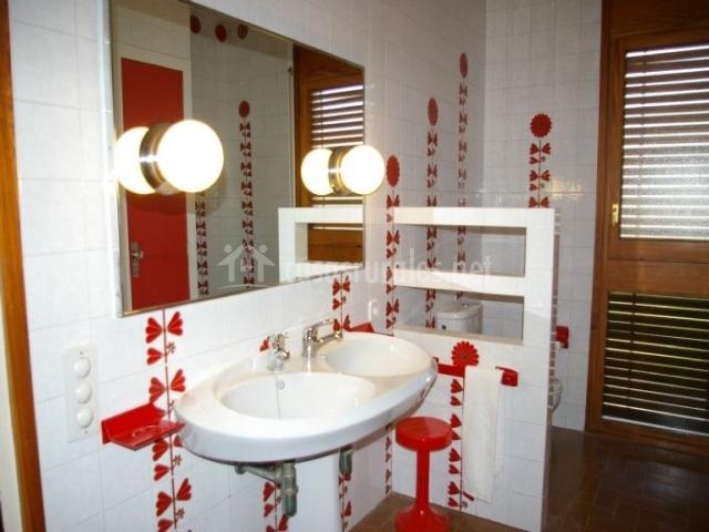 Detalle del baño con azulejos de flores