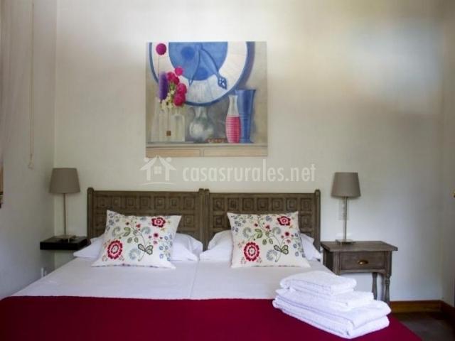 Habitación con cama de matrimonio en fucsia