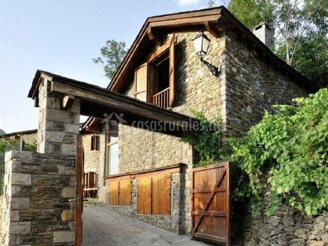 Casa de piedra y ventanas de madera