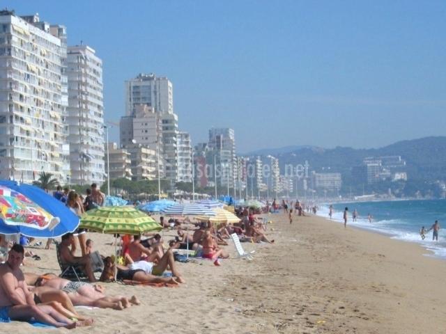 Gente en la playa de Girona