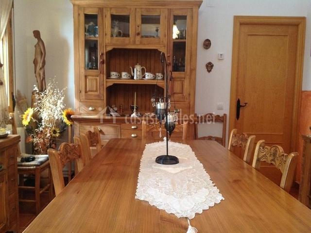 Gran mesa de comedor realizada en madera tallada con alacena en el fondo