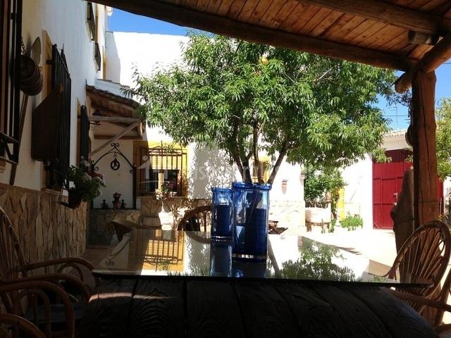 Mesa de jardín en el porche para utilizarla en verano