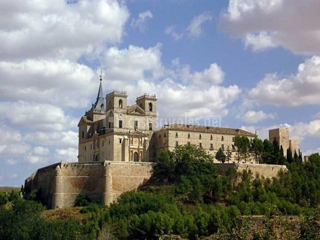 Monasterio de Uclés sobre una colina y rodeado de árboles