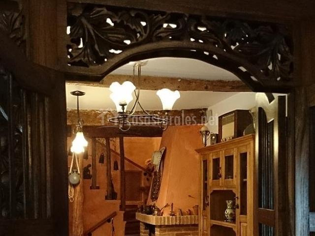 Zona de comedor de la casa con chimenea de ladrillo y detalles de madera