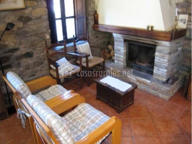 Sala de estar con chimenea y butacas de frente