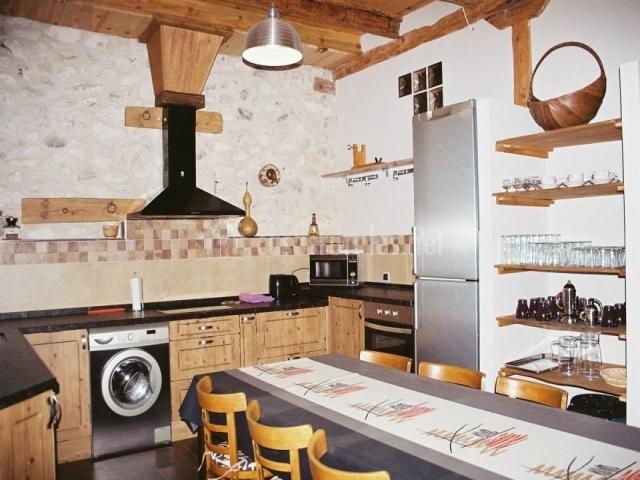 Cocina equipada con amplia mesa de comedor