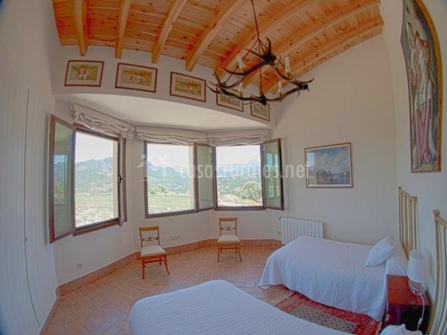 Habitación doble con 3 ventanal y vigas en el techo