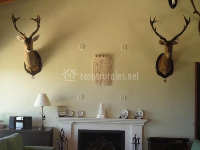 Chimenea del salón decorado con cabezas de ciervo