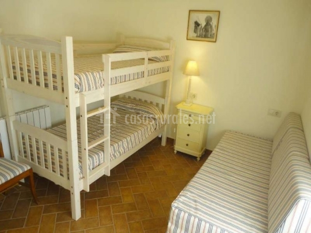 Dormitorio con litera y sofá-cama