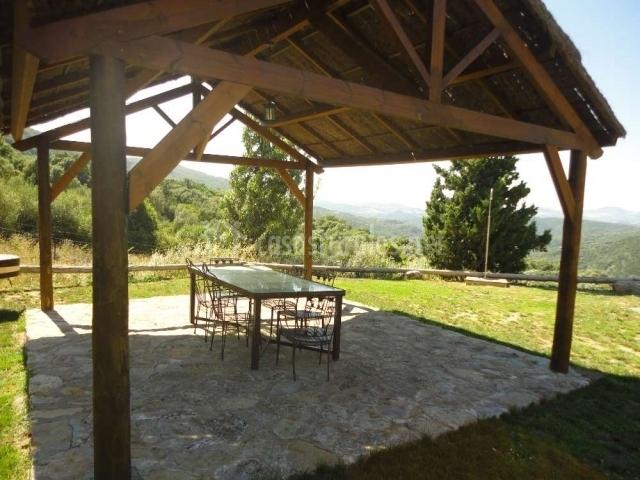 Porche en el jardín amueblado con mesa y sillas