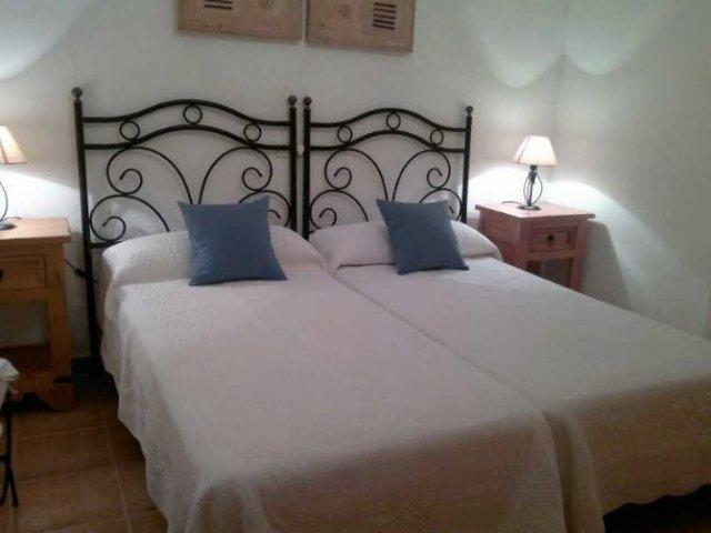 Dormitorio con camas unidas