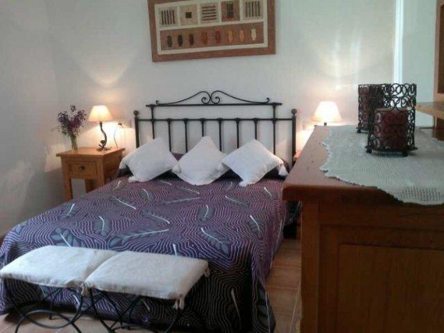 Dormitorio con cómoda