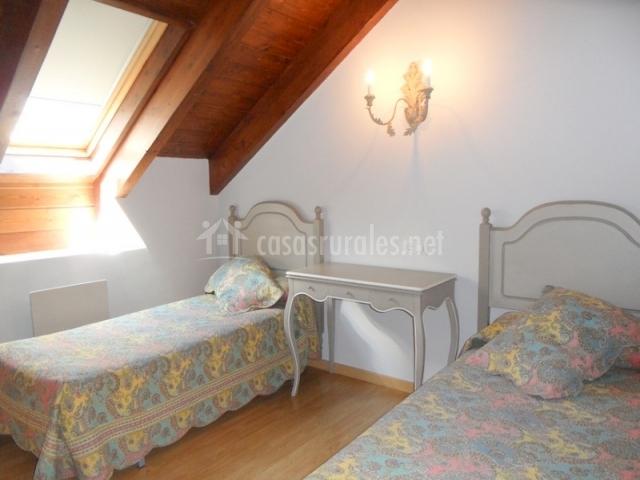 Dormitorio abuhardillado con dos camas individuales
