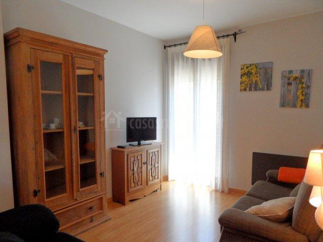 Sala de estar con dos sillones grandes