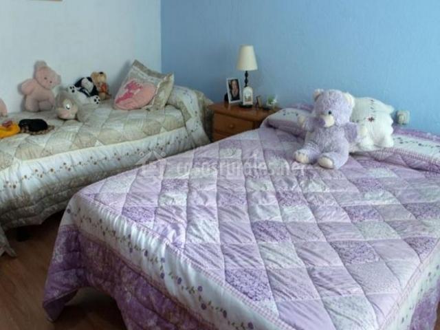 Dormitorio de matrimonio con pared de color azul