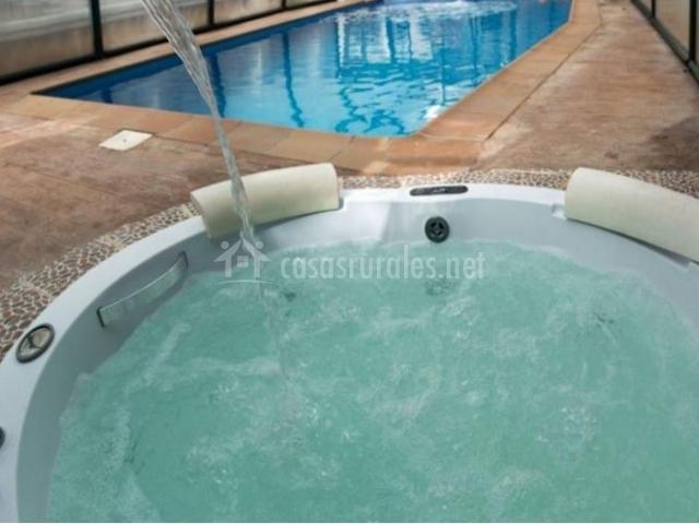 Vistas de la piscina y el jacuzzi climatizados