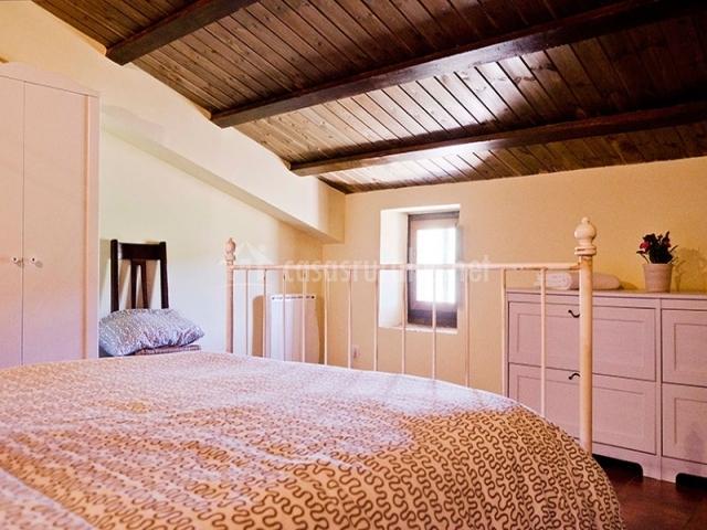 Dormitorio y cómoda blanca