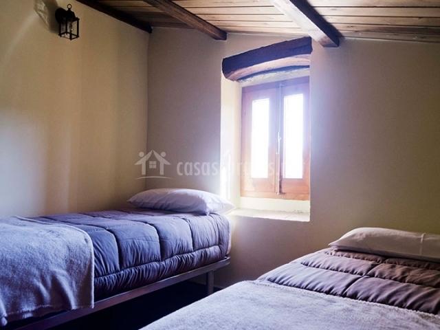Dos camas individuales junto a la ventana