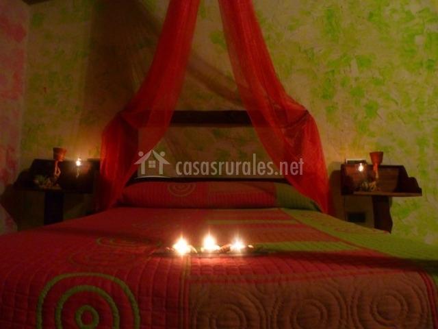 Dormitorio matrimonial con dosel
