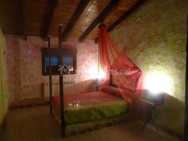 Dormitorio matrimonial con vigas de roble