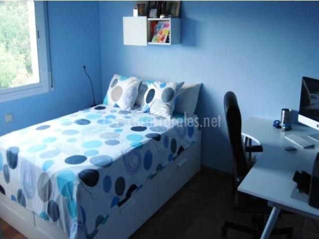 Dormitorio con mesa escritorio