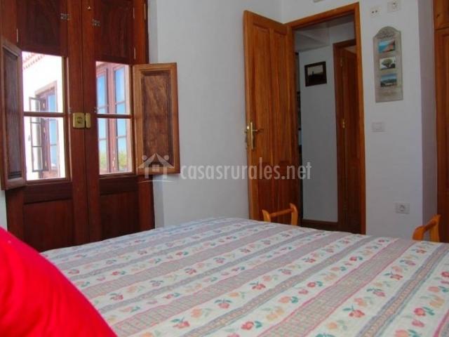 Dormitorio de matrimonio con cojines rojos