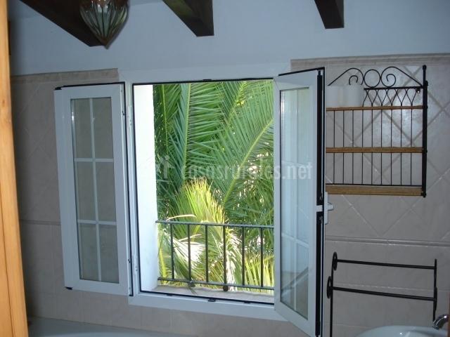 Baño con ventana exterior