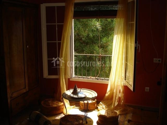 Salón con ventanas al exterior