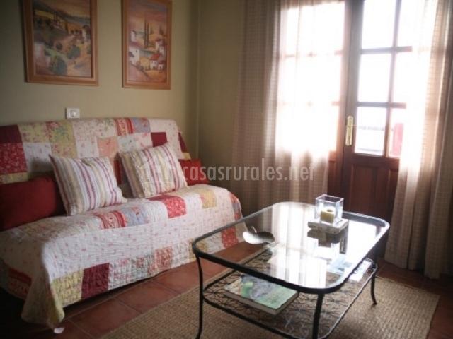 Salón con sofá de cuadros
