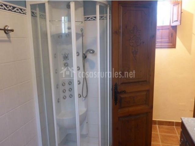 Cuarto de baño con ducha de hidromasaje
