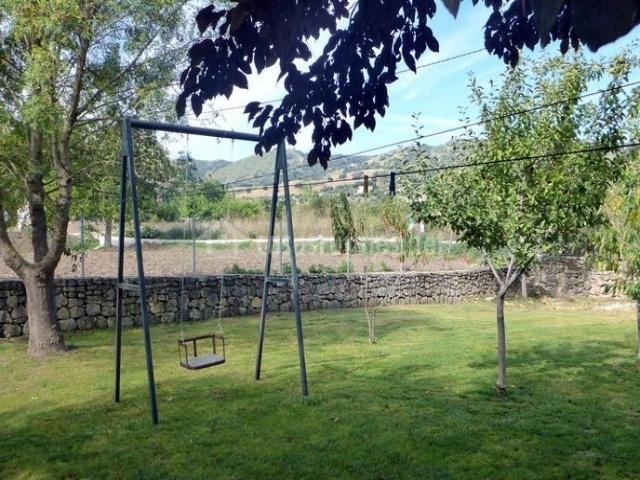 Zona exterior de la casa con juegos para niños