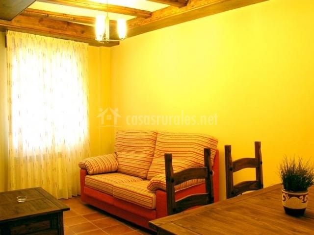 Sala de estar con sofá y mesa de comedor
