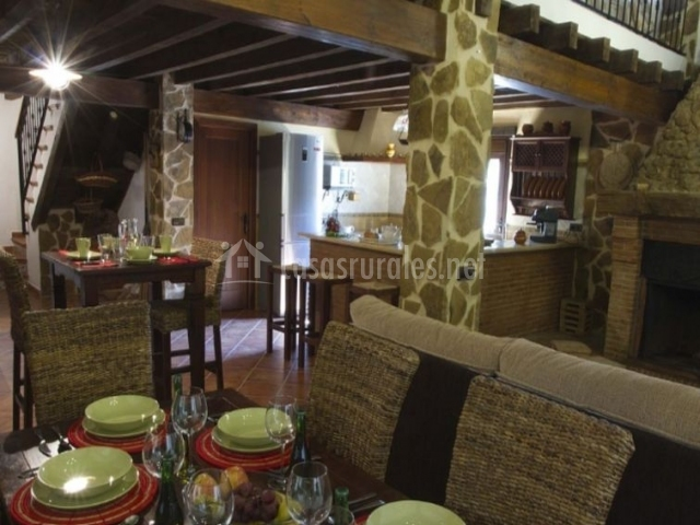 Comedor con mesa puesta