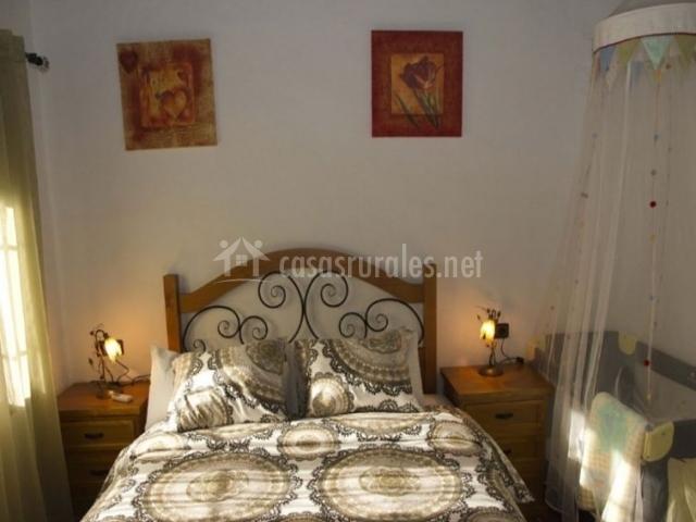Dormitorio de matrimonio con detalles en crudo y madera