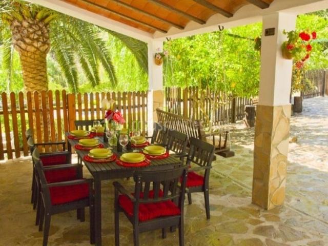 Vistas del porche con mesa puesta y sillas