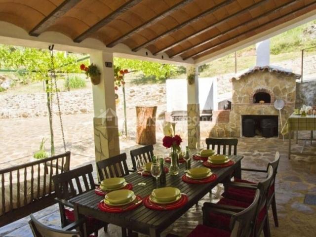 Vistas del porche con mesa puesta