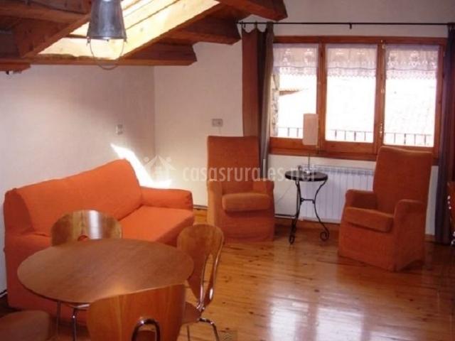 Zona con sofá y sillones