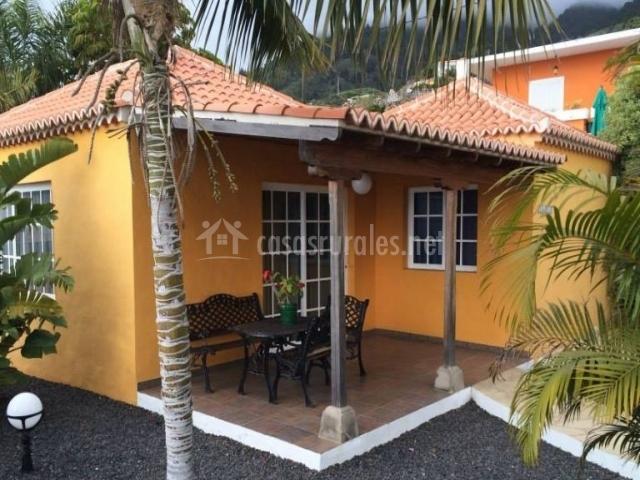 Acceso principal de la vivienda en tonos amarillos