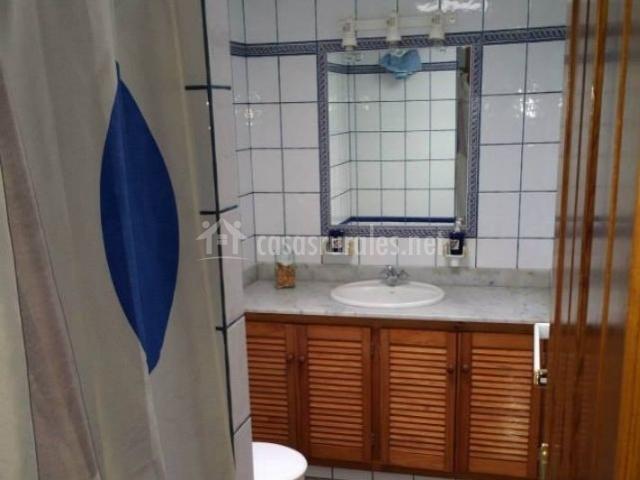 Aseo en blanco azul y madera